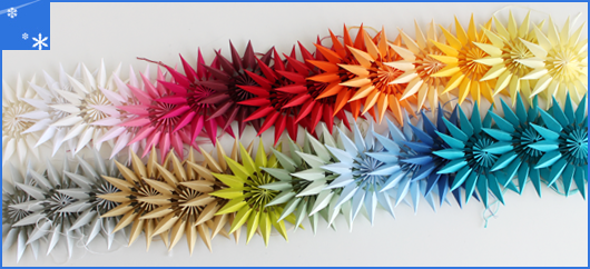 Papiersterne in Regenbogenfarben